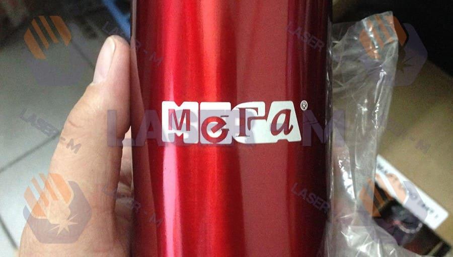гравировка на металлическом термосе красного цвета