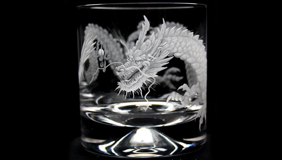 Гравировка дракона на бокале