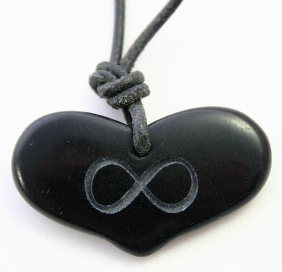 Гравировка на камне в виде сердца и знака бесконечности