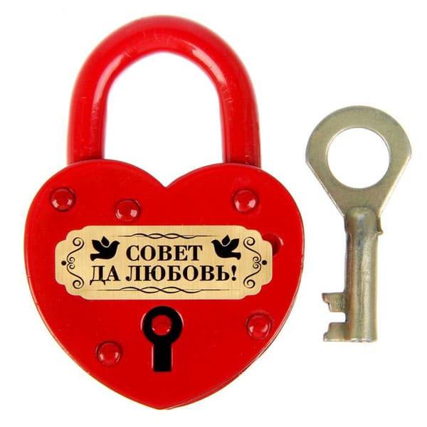 гравировка на красном замке с ключом